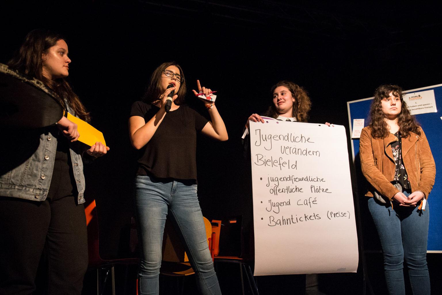 Jugendliche präsentieren Ergebnisse aus einem Beteiliguingsworkshop